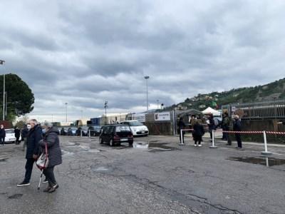 Vax day a Cosenza, la rabbia degli esclusi senza prenotazione: «Troppa confusione»