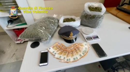 Due chili di marijuana nascosti nel tetto, un arresto alle porte di Vibo