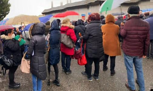 Vax day, a Vibo assembramenti e proteste all'ingresso del palasport: video