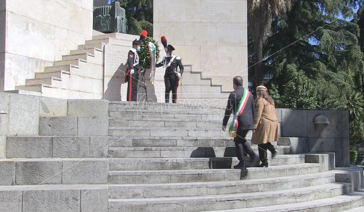 Cosenza: deposta una corona d'alloro sul Monumento ai caduti in occasione del 25 Aprile