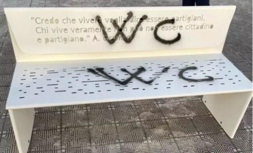 Vandalizzata la panchina della memoria a Reggio inaugurata per il 25 aprile