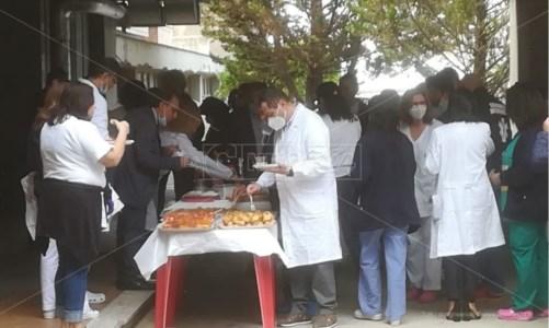 Buffet a rischio Covid all'ospedale di Cetraro: tra nobili intenti e reazioni scomposte