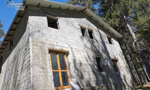 Gli sequestrano il fabbricato e continua a costruire, denunciato 40enne nel Crotonese