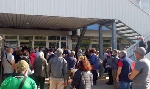 Covid, a Lamezia 57 nuovi casi. Lunghe attese e assembramenti per i vaccini
