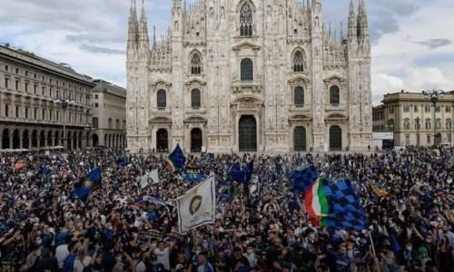 La festa nerazzurra in Piazza Duomo a Milano