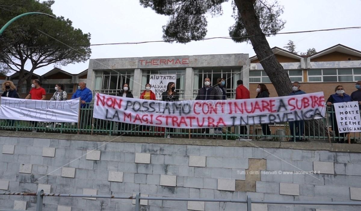 I lavoratori Sateca durante una delle manifestazioni contro la chiusura delle Terme Luigiane