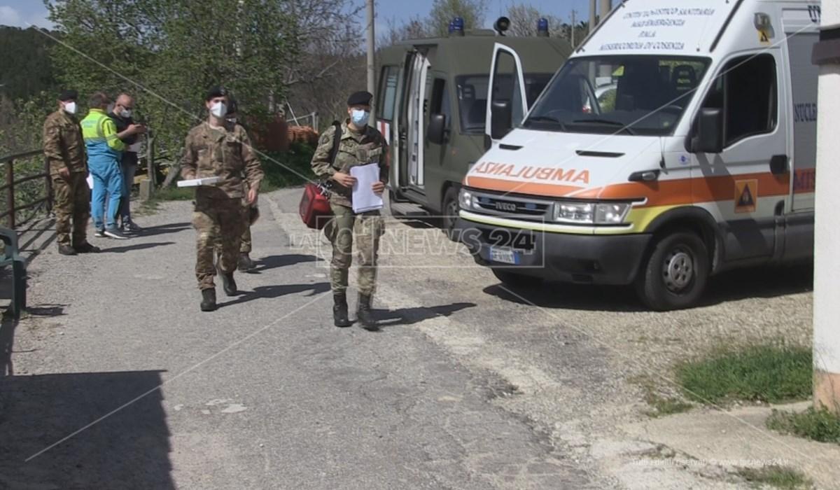 Il team sanitario dell'esercito impegnato nelle vaccinazioni a domicilio