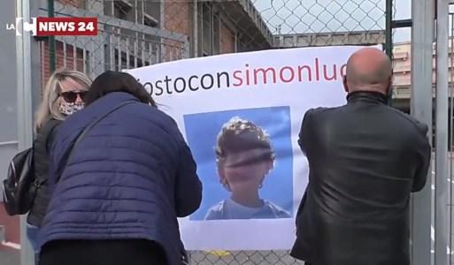 Niente terapista a scuola per bimbo autistico, sit-in a Soverato: «Insieme per Simonluca»