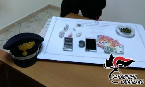 Squillace, in casa 18 grammi di marijuana suddivisa in dosi: arrestato 23enne