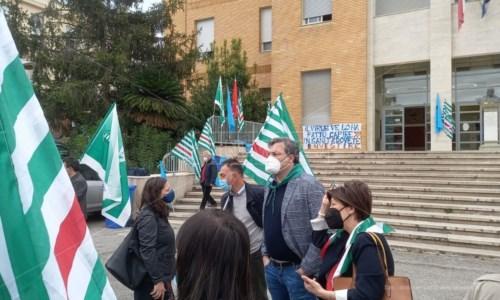 Cosenza, sanitari protestano davanti l'ospedale: «Turni massacranti. S'assuma personale»