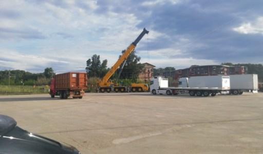 Le operazioni di rimozione del convoglio ferroviario uscito dai binari