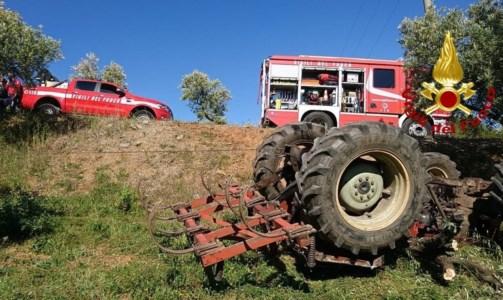 Dramma a Lamezia, perde il controllo del trattore e precipita in una scarpata: morto