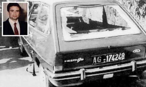 Il giudice Livatino, sullo sfondo l'auto dopo l'agguato mortale (foto ansa)