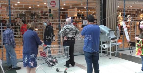 Centri commerciali chiusi nel fine settimana, proteste anche a Montepaone: «Siamo stanchi»