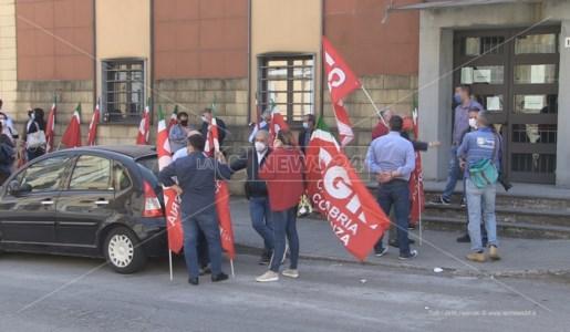 Il sit-in della Cgil davanti la sede dell'Atp di Cosenza