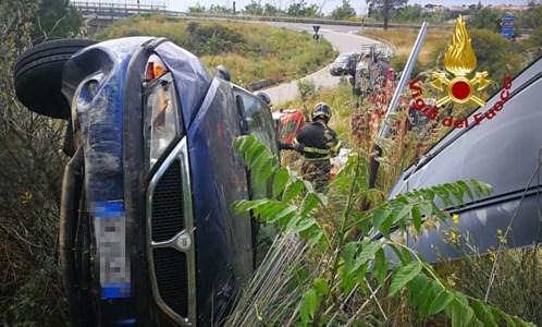 Incidente nel Catanzarese, auto finisce in una scarpata: feriti due coniugi 80enni