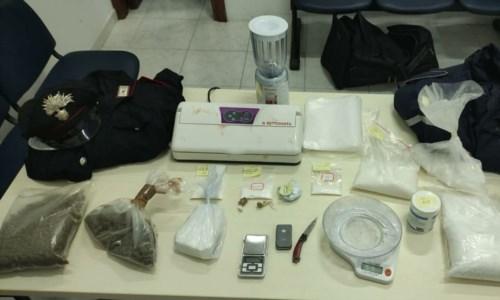 Catanzaro, in casa con 400 grammi di coca e 300 d'erba: arrestato 24enne