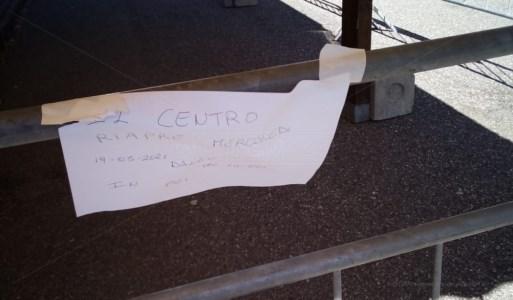 Il pezzo di carta affisso sulle transenne all'ingresso del centro vaccinale di Montalto Uffugo
