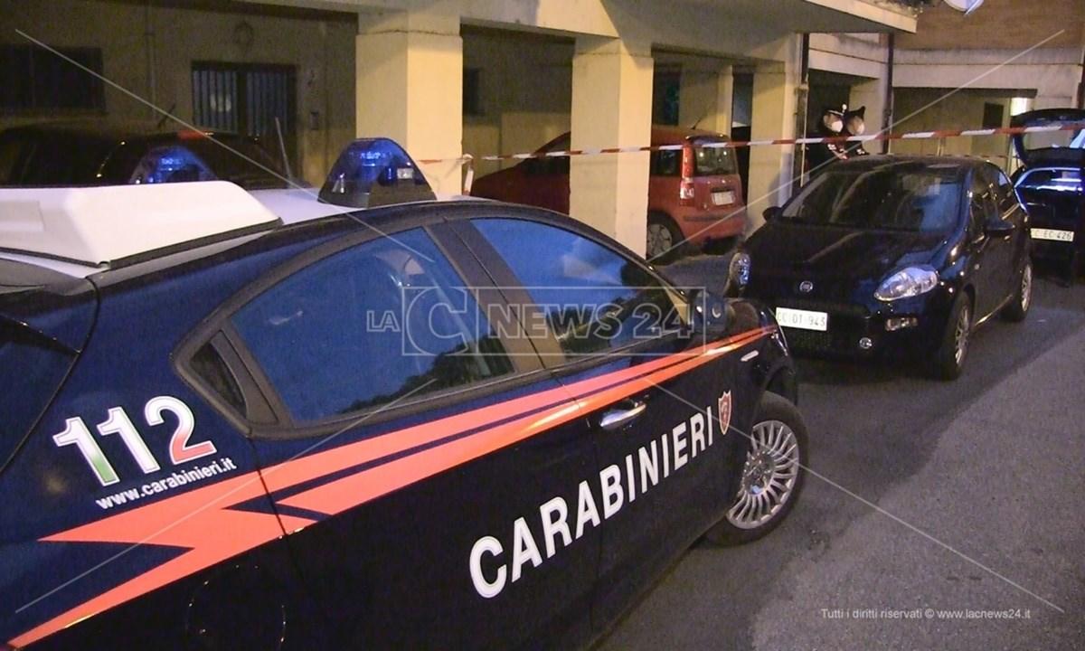 I carabinieri davanti allo stabile in cui è stata trovata morta la donna