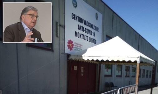 Il centro vaccinazioni di montalto Uffugo e, nel riquadro, il sindaco Caracciolo