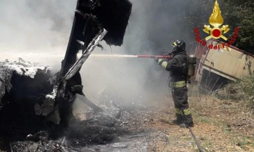 Feroleto, incendio in un sottobosco: le fiamme arrivano fino a una azienda