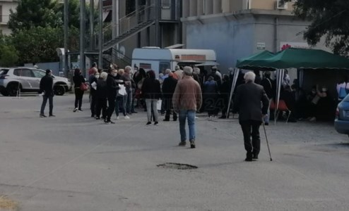 I pazienti in fila a Melito in attesa del vaccino