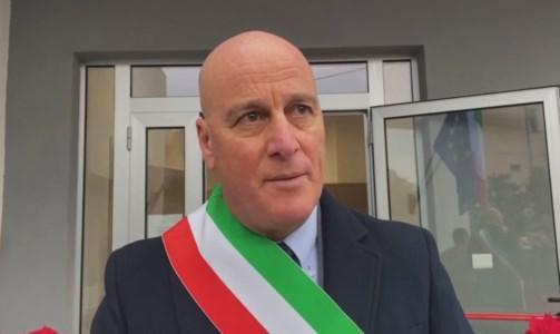 Il sindaco di Davoli, Papaleo (frame da un video sulla pagine fb del primo cittadino)