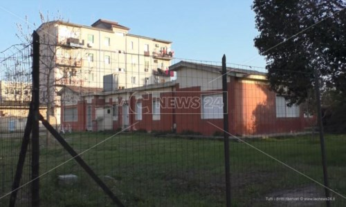 Crotone, amianto sul tetto dell'asilo: il Comune chiude plesso nel quartiere Fondo Gesù
