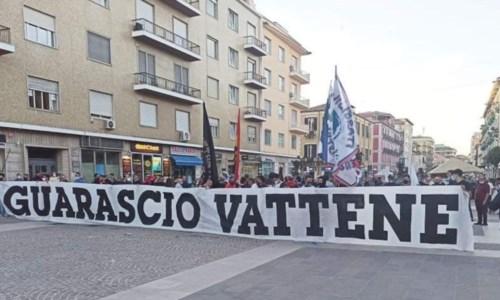 I tifosi del Cosenza che sono scesi in piazza