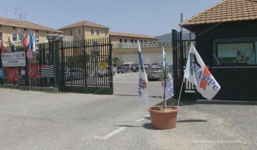 Il presidio dei sindacati davanti al carcere di Cosenza