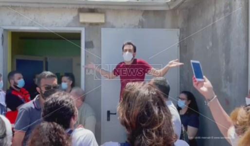 Uno degli addetti al centro vaccinazioni di Casali del Manco cerca di placare l'ira degli utenti in coda