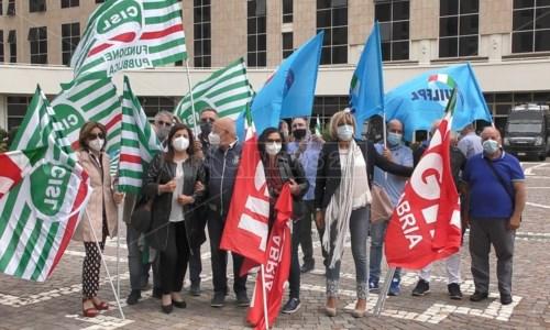 I sindacalisti davanti alla Cittadella regionale