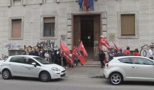 Il sit-in di protesta davanti la sede Asp di Cosenza