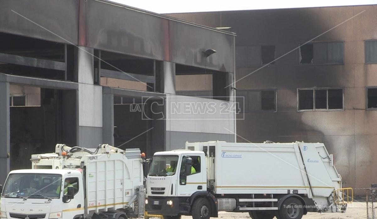 Il capannone aggredito dall'incendio sviluppatosi nello stabilimento di Calabra Maceri