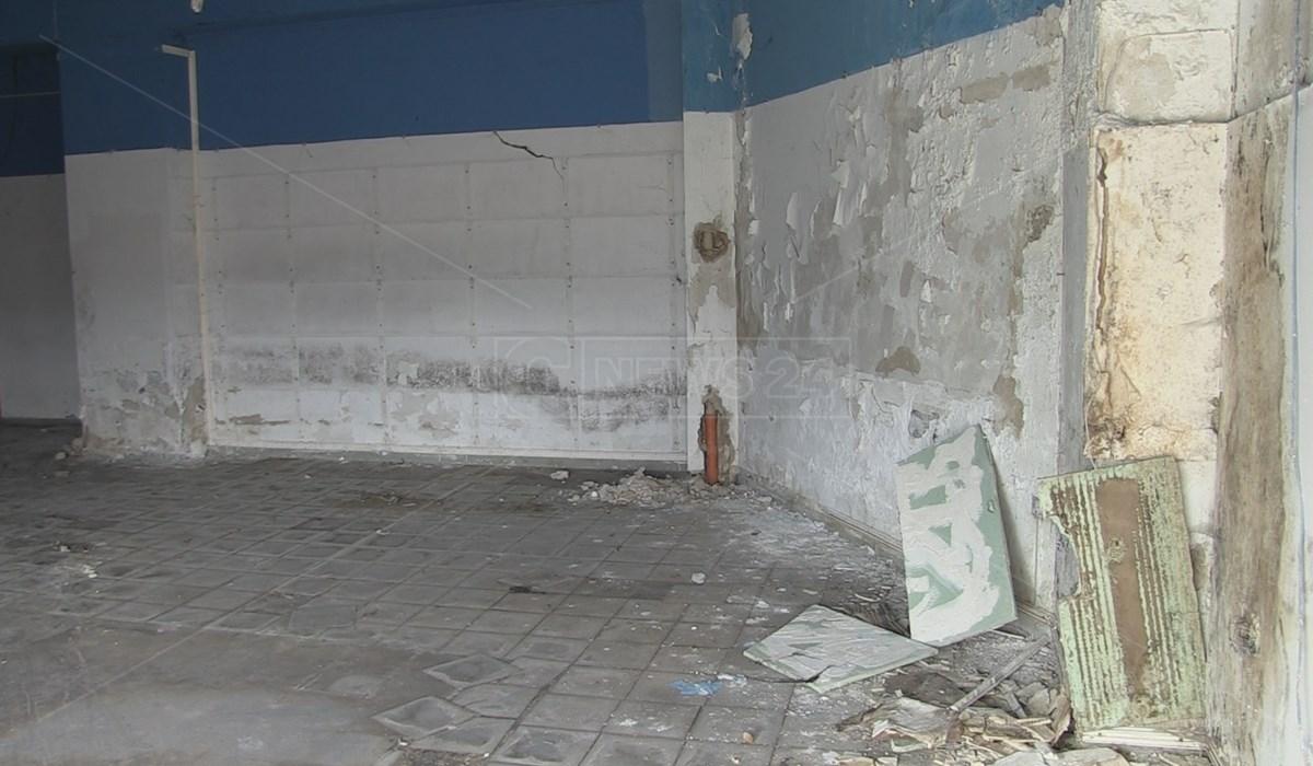 Le condizioni interne del magazzino di Viale Cosmai proposto dal Comune di Cosenza per accogliere il Centro per l'Impiego