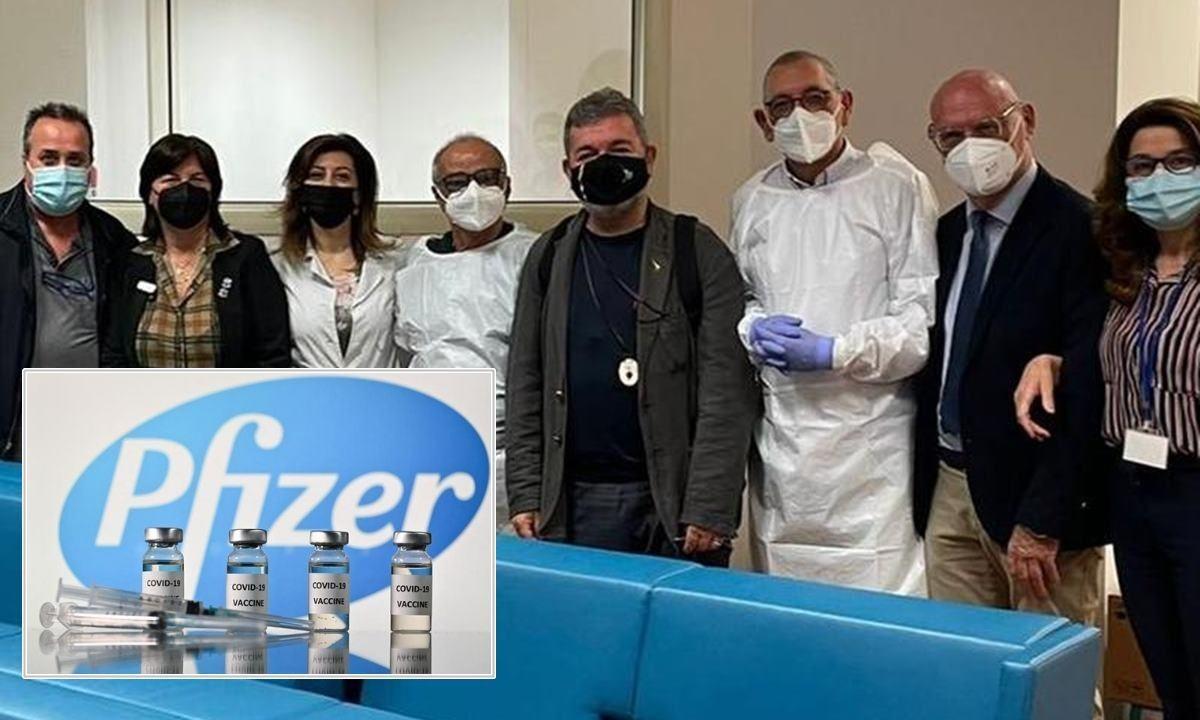 Nino Spirlì (al centro) nella foto di gruppo al termine della campagna vaccinale in Regione