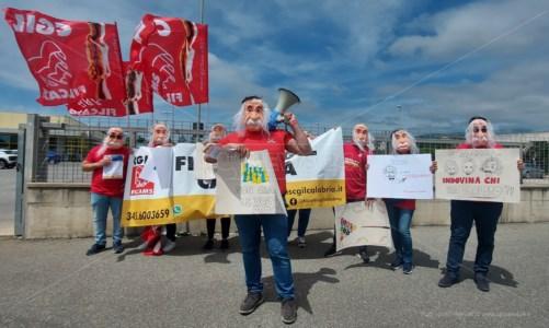Lamezia, lavoratori Eurospin in piazza a protestare con la faccia di Einstein: «Trattative bluff»