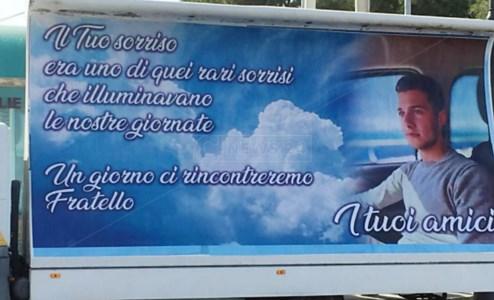 Morì a 18 anni in un incidente, a Vibo Marina lacrime e dolore per l'ultimo saluto a Denis Muzzì