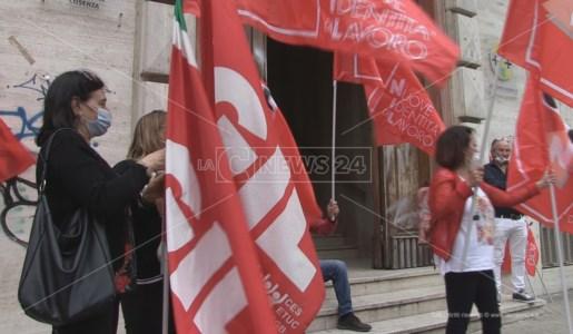 Il sit-in di protesta degli interinali davanti la sede Asp di Cosenza