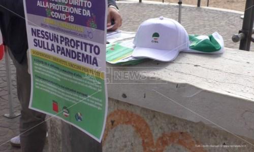 «Vaccini anti-Covid gratuiti per tutti»: a Crotone i sindacati in piazza per una raccolta firme