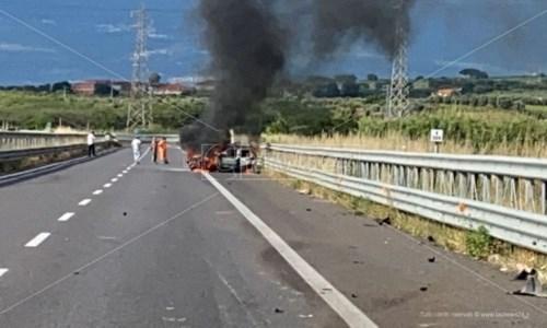 L'auto in fiamme dopo l'impatto