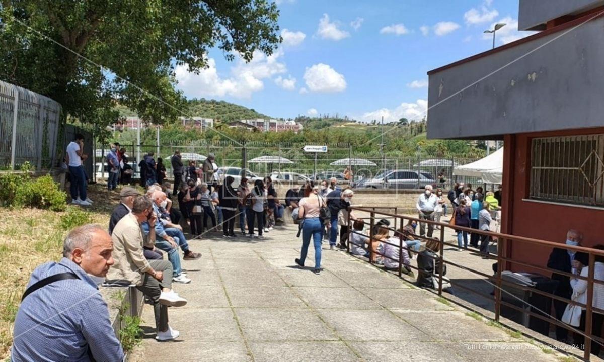 L'assembramento davanti il centro vaccini di Cosenza in attesa delle fiale Pfizer
