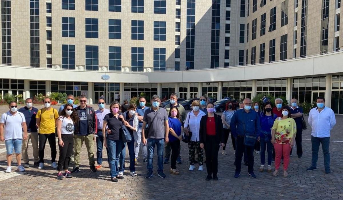 I lavoratori delle Terme Luigiane nel piazzale della Cittadella