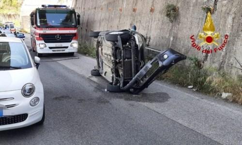 Incidente a Catanzaro, si ribalta con l'auto dopo aver impattato contro una vettura parcheggiata: ferita