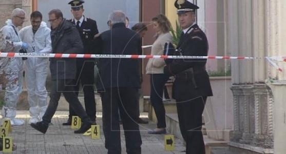 I rilievi della scientifica subito dopo il duplice omicidio nel cimitero di San Lorenzo del Vallo