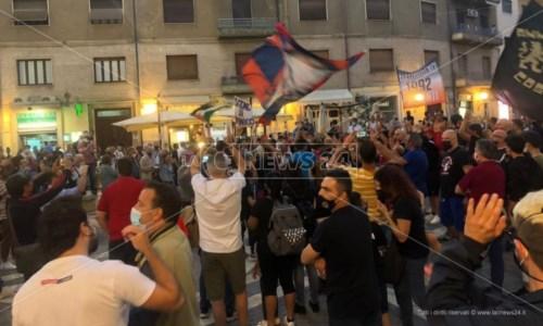 Cosenza calcio, tifosi ancora in piazza contro il presidente Guarascio: «Protesta ad oltranza»
