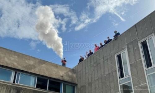 Corap Crotone, i dipendenti occupano il tetto della sede: «Senza stipendio da 7 mesi»