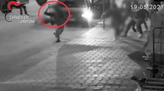 Giovane interrompe relazione, padre e fratello aggrediti con mazze e bastoni: 11 arresti a Cutro