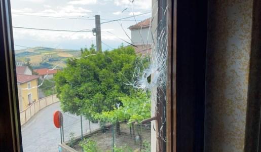 Il vetro della finestra danneggiato dal proiettile esploso questa notte