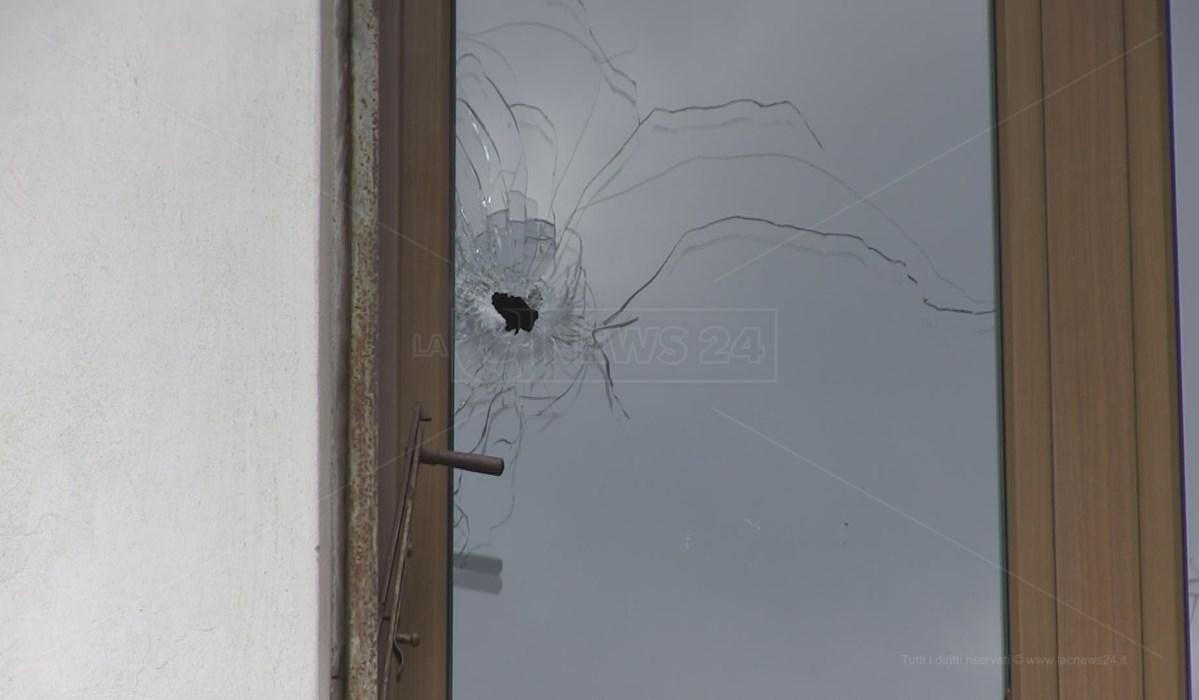 Il vetro della finestra danneggiato dal colpo di fucile